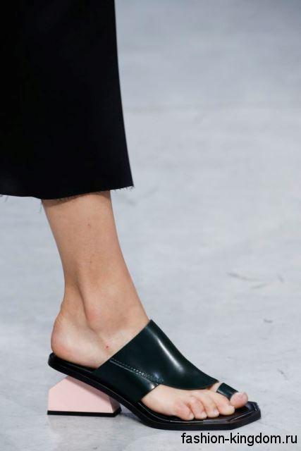 Оригинальные кожаные босоножки на низком широком каблуке, черно-розового тона от Marni.