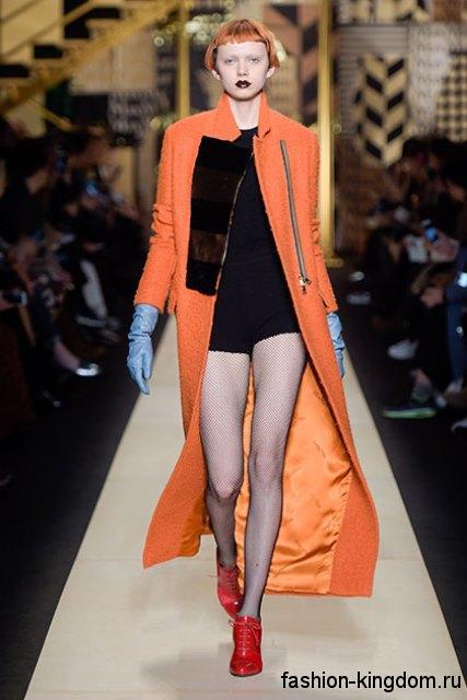 Длинное пальто оранжевого цвета, приталенного фасона, с воротником стойкой сезона осень 2016 от Max Mara.