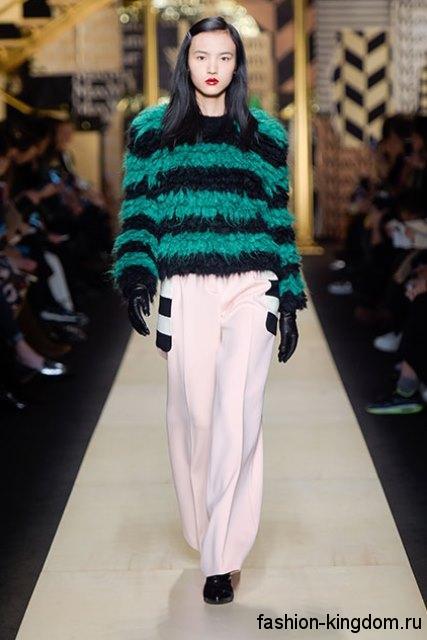 Широкие брюки белого цвета сочетаются с меховым свитером черно-зеленого она сезона осень 2016 от Max Mara.