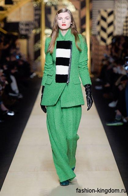 Брючный костюм зеленого цвета, прямого силуэта в сочетании с высокими кожаными перчатками из коллекции осень 2016 от Max Mara.
