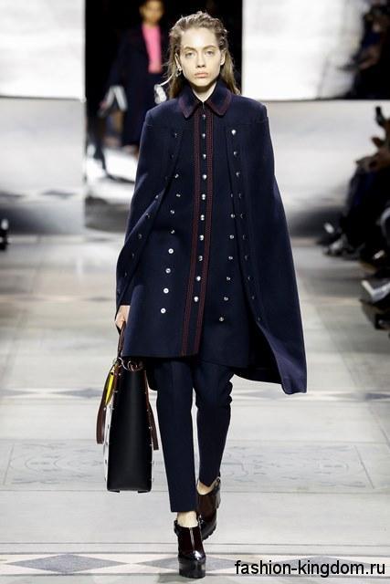 Узкие брюки темно-синего цвета в сочетании с пальто-кейп полуночно-синего оттенка сезона осень 2016 от Mulberry.