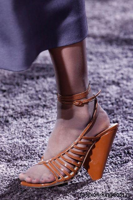 Модные босоножки на устойчивом каблуке, рыжего цвета, с ремешками из коллекции Nina Ricci.