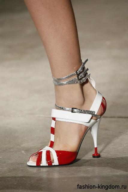 Босоножки на шпильке красно-белого цвета, на липучке и с ремешками серебристого тона от Prada.
