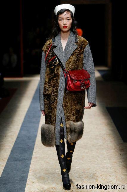 Пальто серого цвета с меховыми коричневыми вставками в сочетании с красной сумочкой из коллекции осень 2016 от Prada.
