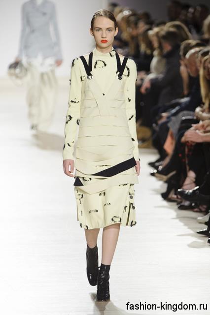 Платье-миди молочного оттенка, прямого фасона, с длинными рукавами и черными вставками сезона осень 2016 от Proenza Schouler.