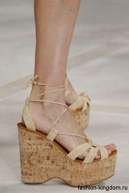 Женские босоножки на высокой платформе бежевого цвета, на шнуровке от Ralph Lauren.