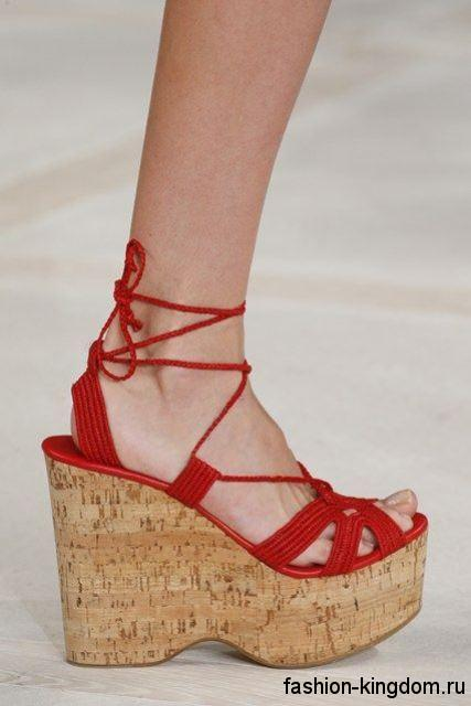 Модные босоножки на платформе красно-бежевого цвета, со шнуровкой из коллекции Ralph Lauren.