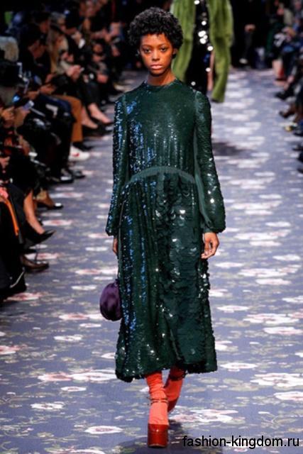 Длинное блестящее платье темно-зеленого цвета, свободного фасона, с длинными рукавами и пайетками сезона осень 2016 от Rochas.