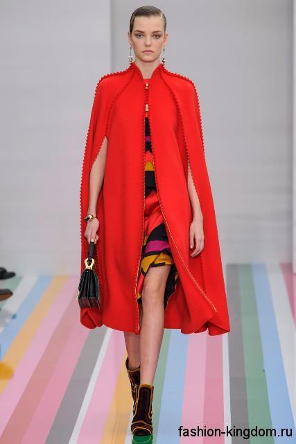 Красное пальто-кейп, декорированное бусинами, в сочетании с разноцветным платьем-миди из коллекции осень 2016 от Salvatore Ferragamo.