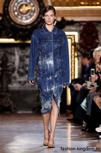 Джинсовое платье синего цвета, длиной ниже колен, с накладными карманами и длинными рукавами сезона осень 2016 от Stella McCartney.