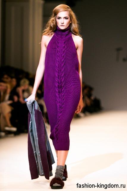Вязаное платье фиолетового цвета, приталенного кроя, длиной ниже колен, без рукавов из коллекции осень 2016 от T.Mosca.