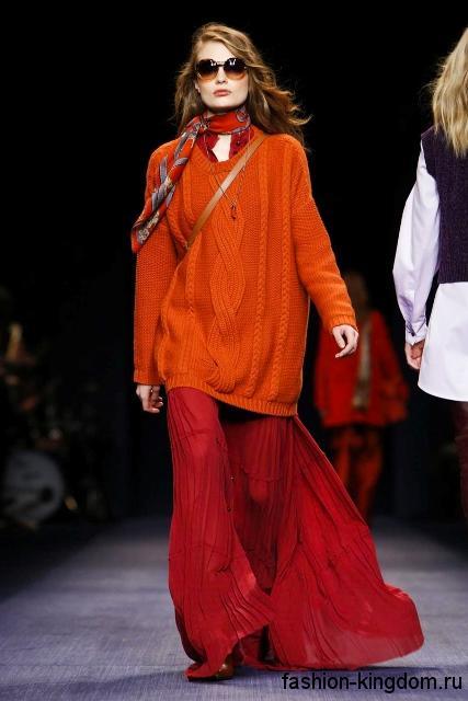 Длинная юбка красного цвета сочетается с удлиненным вязаным свитером оранжевого тона сезона осень 2016 от Trussardi.