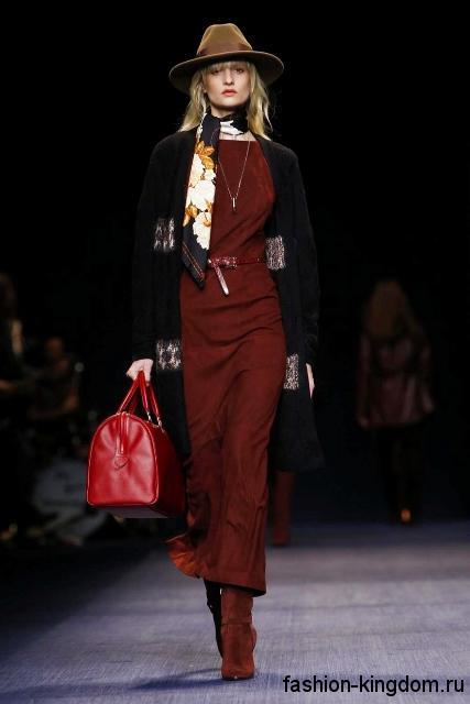 Длинное платье темно-красного цвета, приталенного фасона в сочетании с удлиненным черным кардиганом сезона осень 2016 от Trussardi.