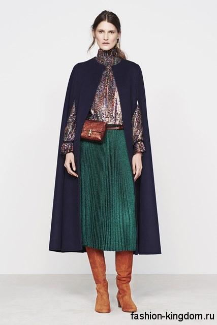 Пальто-кейп темно-синего цвета, длиной ниже колен сочетается с юбкой-плиссе и блестящей блузой сезона осень 2016 от Vanessa Bruno.