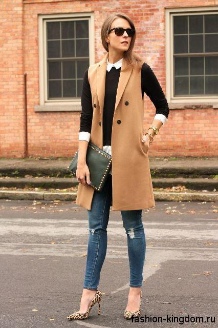 Осеннее пальто без рукавов светло-коричневого цвета, длиной выше колен сочетается с туфлями леопардового тона.