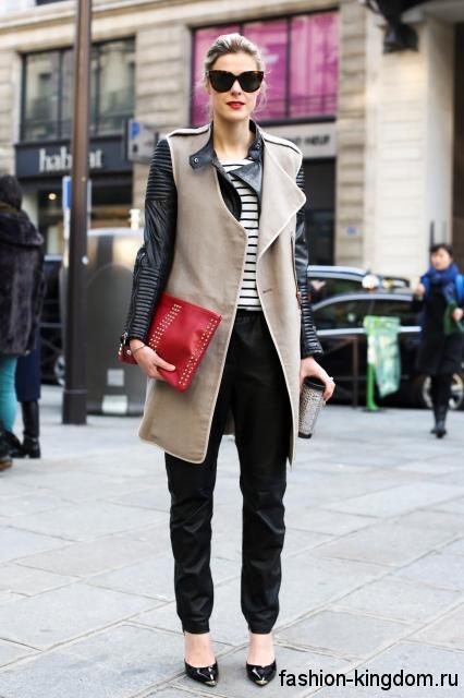 Осеннее пальто с кожаными рукавами бежево-черного цвета, прямого кроя, длиной выше колен.