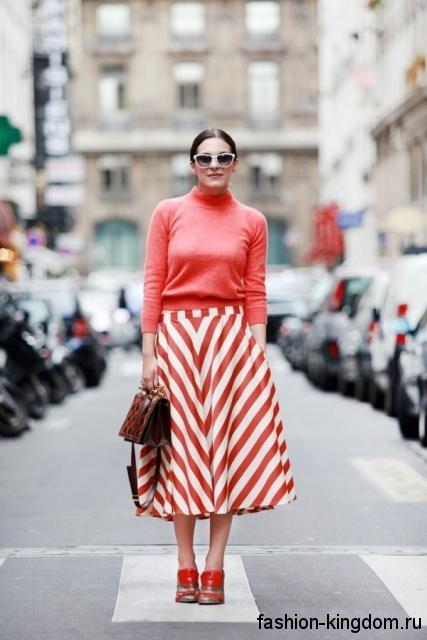 Повседневная юбка-миди красно-белой расцветки в полоску, расклешенного фасона в тандеме с красной кофточкой.
