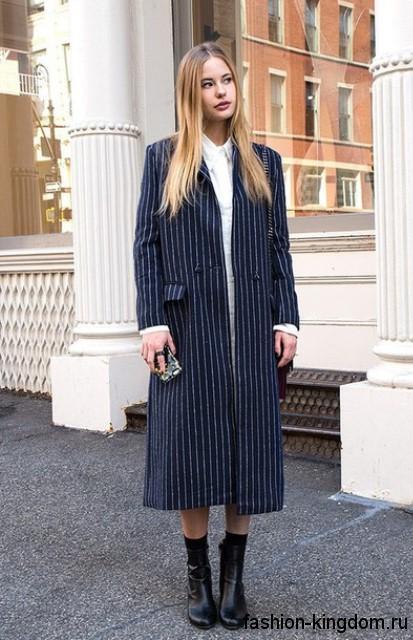 Осеннее пальто полуночно-синего цвета в тонкую полоску, прямого силуэта, длиной миди.