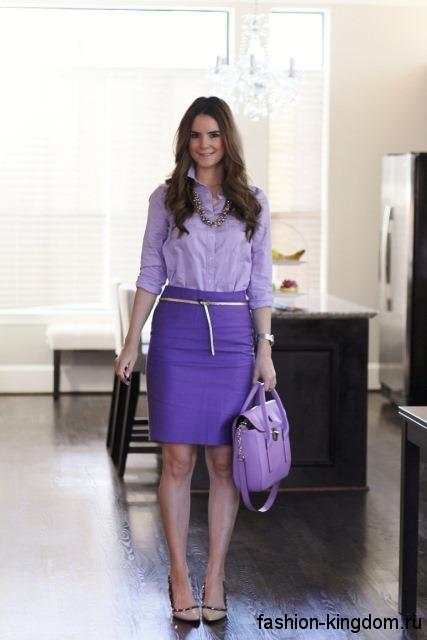 Офисная юбка фиолетового цвета, длиной чуть выше колен, прямого кроя сочетается со светло-фиолетовой блузкой.