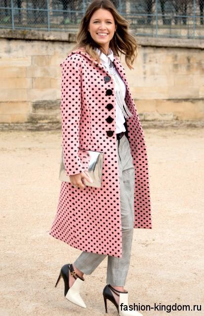 Осеннее пальто в стиле ретро, розового цвета в черный горошек, полуприталенного фасона, длиной ниже колен.
