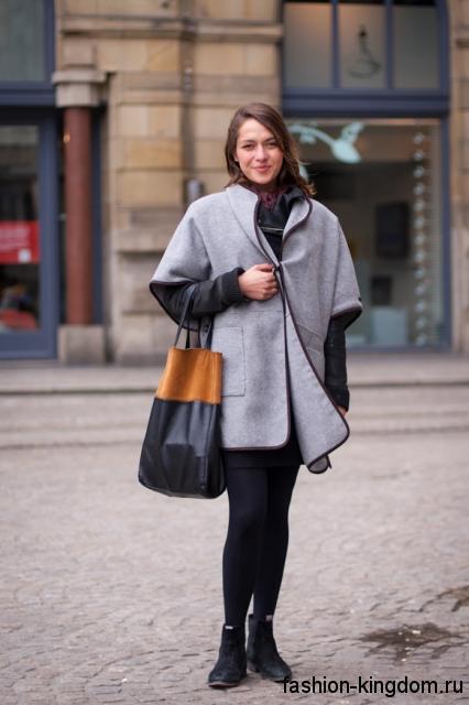 Короткое осеннее пальто прямого кроя, светло-серого цвета, с короткими рукавами и накладными карманами.
