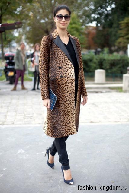 Осеннее пальто леопардовой расцветки, прямого кроя, длиной миди в сочетании с туфлями на шпильке.