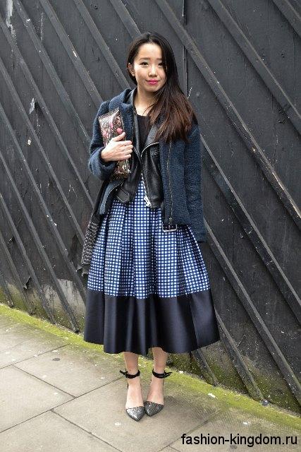 Повседневная юбка черно-белого цвета в клетку, длиной ниже колен, расклешенного силуэта.
