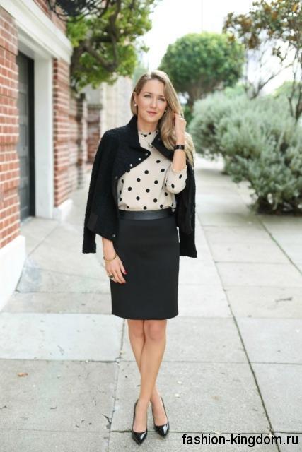 Черная юбка-карандаш длиной до колен в офис сочетается с блузкой белого цвета в черный горошек.