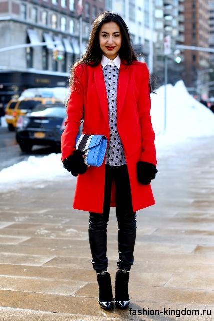 Красное осеннее пальто приталенного фасона, длиной до колен в тандеме с короткими сапогами черного цвета.