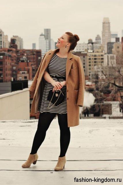 Осеннее пальто для полных женщин, коричневого цвета, прямого силуэта в сочетании с ботильонами на каблуке.