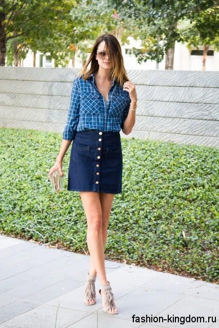 Джинсовая короткая юбка на каждый день, темно-синего цвета, с накладными карманами в сочетании с синей клетчатой рубашкой.