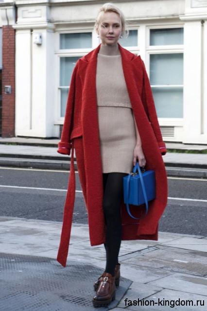 Длинное осеннее пальто темно-красного цвета, прямого силуэта сочетается с ботильонами коричневого тона.