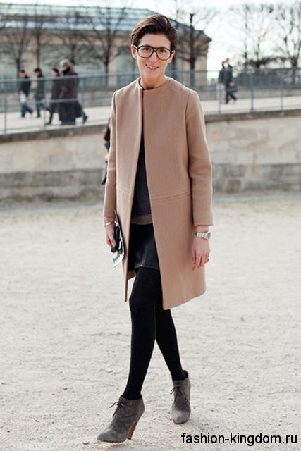 Осеннее пальто прямого фасона, бежевого цвета, длиной до колен впишется в офисный дресс-код.