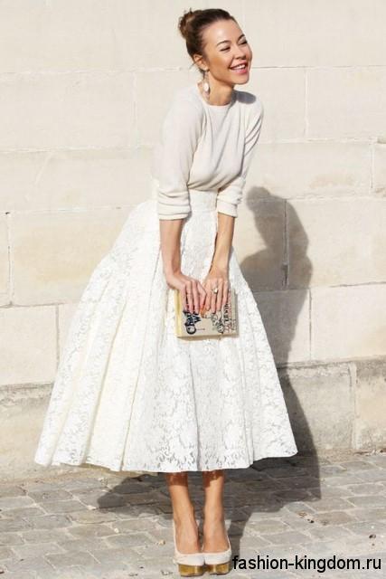Пышная вечерняя юбка белого цвета, длиной ниже колен в тандеме с тонкой белой кофточкой.