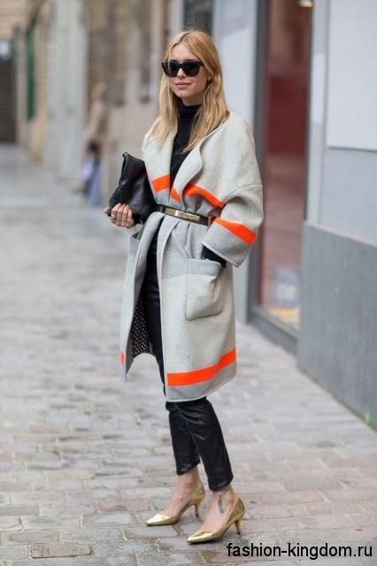 Повседневное осеннее пальто серого цвета с оранжевыми вставками, свободного кроя, длиной до колен.