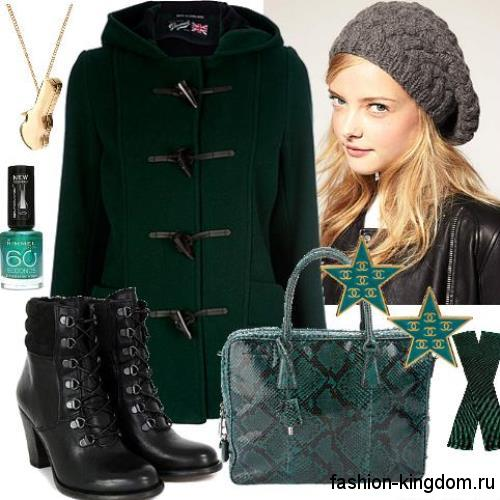 Короткое осеннее пальто темно-зеленого цвета, прямого кроя, с капюшоном в сочетании с низкими кожаными сапогами.