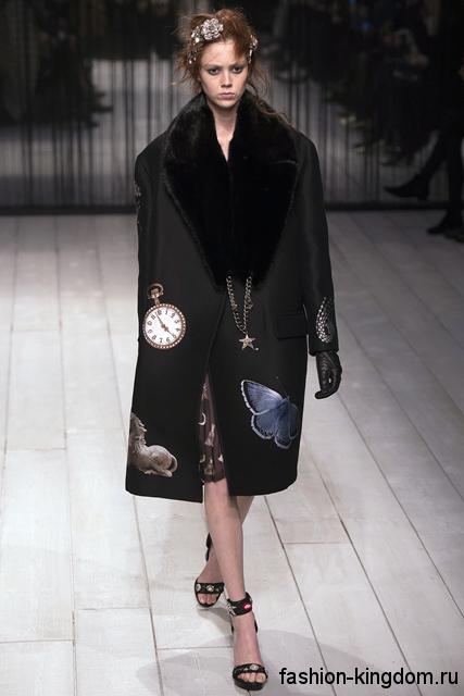 Женское осеннее пальто в стиле оверсайз, черного цвета с рисунком, с широким мезовым воротником от Alexander McQueen.