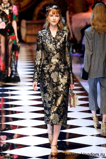 Осеннее пальто шоколадного цвета с золотистым принтом, приталенного кроя, длиной ниже колен из коллекции Dolce & Gabbana.