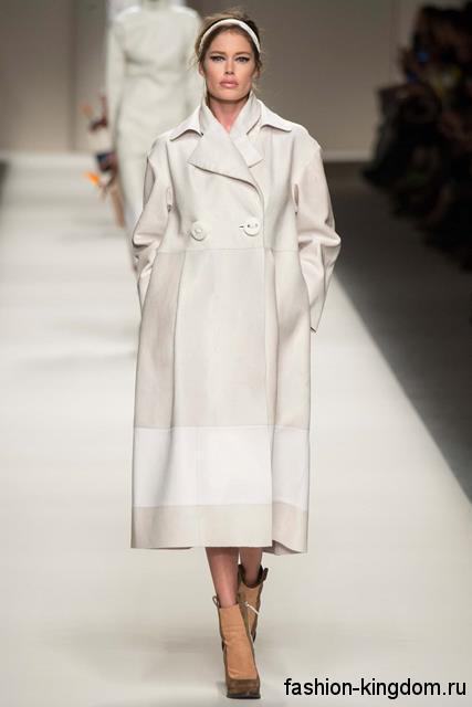 Белое осеннее пальто в стиле оверсайз, длиной ниже колен, прямого силуэта из коллекции Fendi.