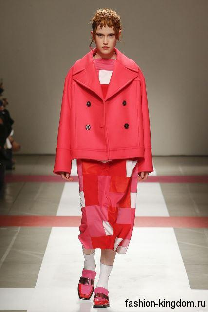 Короткое осеннее пальто в стиле оверсайз, красного цвета, прямого кроя в сочетании с красной юбкой-миди от Iceberg.