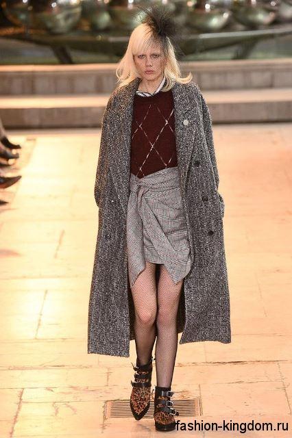 Серое осеннее пальто длиной ниже колен, классического кроя в сочетании с короткой серой юбкой от Isabel Marant.