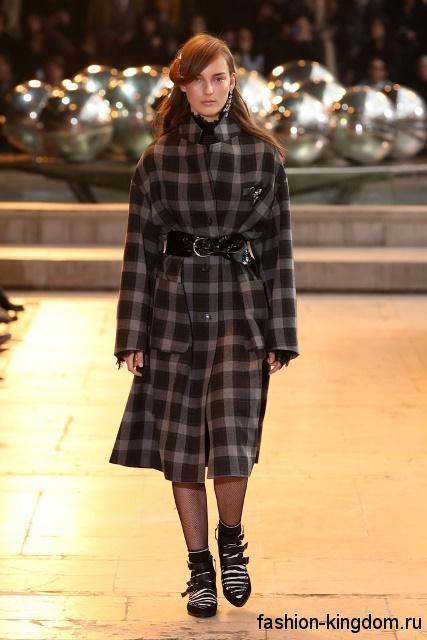 Осеннее пальто черно-серого цвета в клетку, полуприталенного кроя, длиной чуть ниже колен, с кожаным поясом от Isabel Marant.