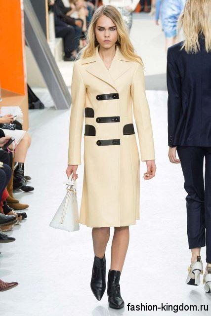 Классическое осеннее пальто молочного цвета с черными вставками, длиной до колен из коллекции Louis Vuitton.