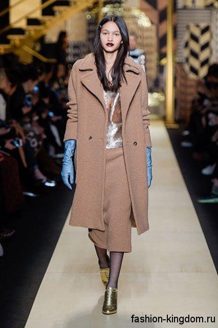 Осеннее светло-коричневое пальто до колен, прямого силуэта сочетается с блестящими ботильонами из коллекции Max Mara.
