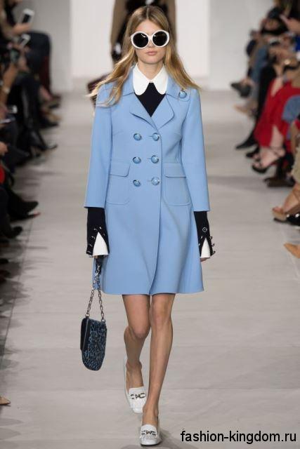 Осеннее пальто голубого цвета, классического фасона, длиной выше колен из коллекции Michael Kors.