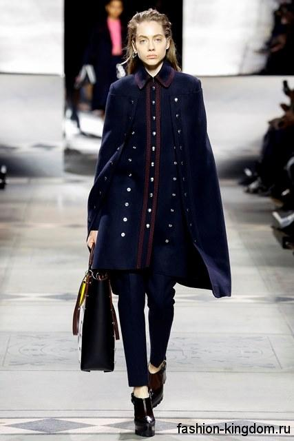 Темно-синее осеннее пальто-кейп прямого фасона, длиной до колен, с пуговицами из коллекции Mulberry.
