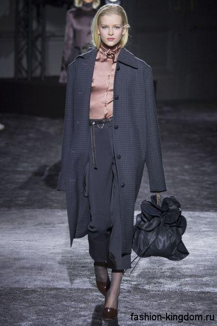 Серое осеннее пальто в мелкую клетку, длиной миди, свободного кроя из коллекции Nina Ricci.