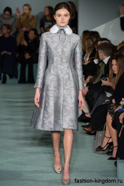 Приталенное осеннее пальто до колен, серебристого цвета с принтом, дополненное меховым воротничком, от Oscar de la Renta.