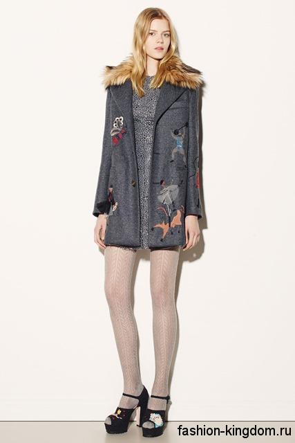 Короткое осеннее пальто серого цвета с принтом, прямого силуэта, с рыжим меховым воротником от Red Valentino.