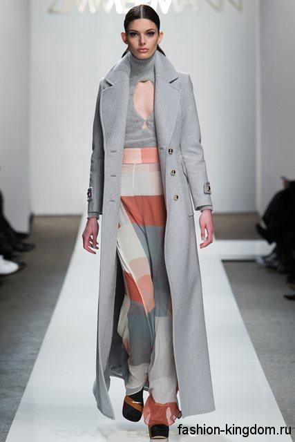 Длинное осеннее пальто светло-серого цвета, классического кроя в сочетании с юбкой-макси из коллекции Zimmermann.
